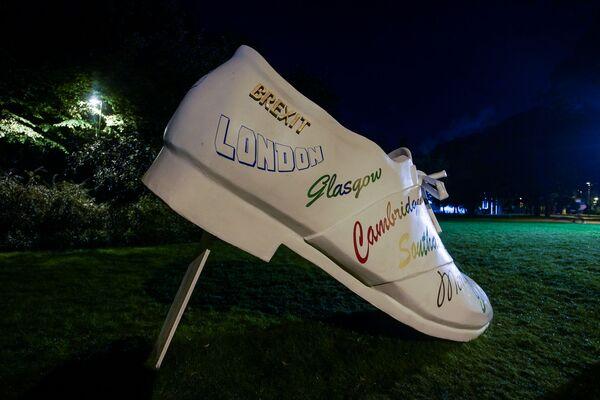 Скульптура Валдиса Маевскиса EXODUS 2020 в парке Кронвалда– гигантская белая туфля с названиями английских городов – переосмысление Брексита - Sputnik Латвия