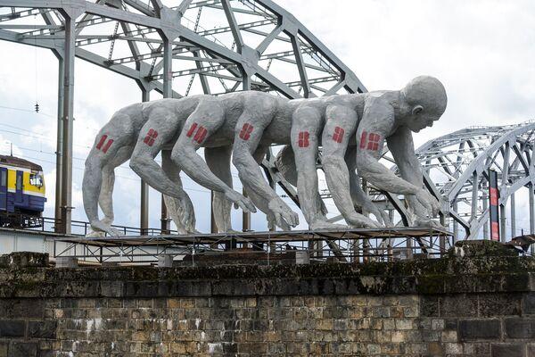 Многорукое изваяние Homo Democraticus литовского скульптора Донатаса Моцкуса – прямо иллюстрация к недавно завершившимся муниципальным выборам в Риге - Sputnik Латвия