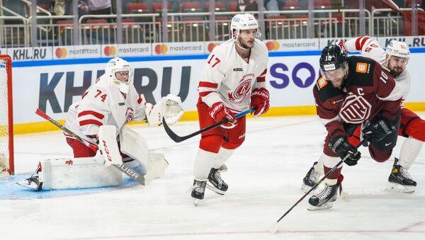 Лаурис  Дарзиньш (справа) в матче «Динамо» (Рига) – «Витязь» (Подольск)  - Sputnik Латвия