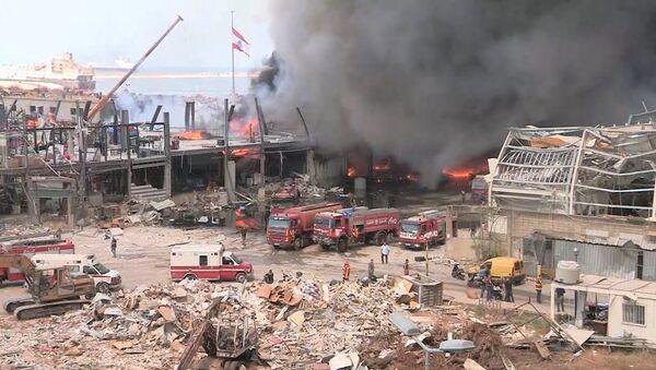Огромный столб черного дыма: пожар в порту Бейрута - Sputnik Латвия