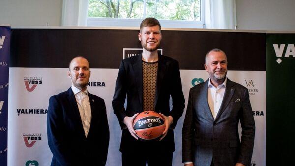 Менеджер баскетбольного клуба «Валмиера Гласс» Микс Балодис, баскетболист НБА Давис Бертанс и мэр Валмиеры Янис Байкс - Sputnik Латвия