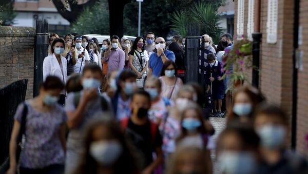 Студенты в защитных масках - Sputnik Латвия