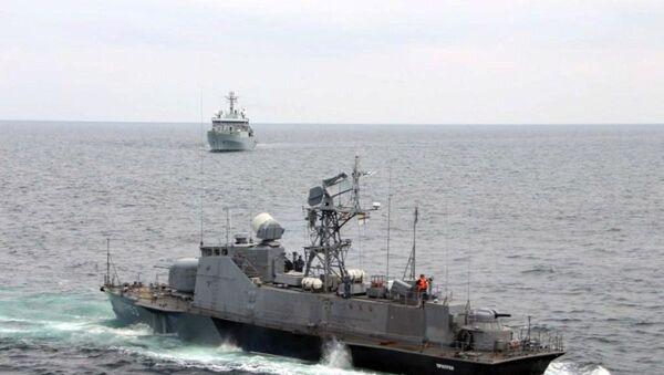 Украинский ракетный катер Прилуки и корабль Королевских ВМС Великобритании HMS Echo (H87) во время учений в акватории Черного моря - Sputnik Latvija