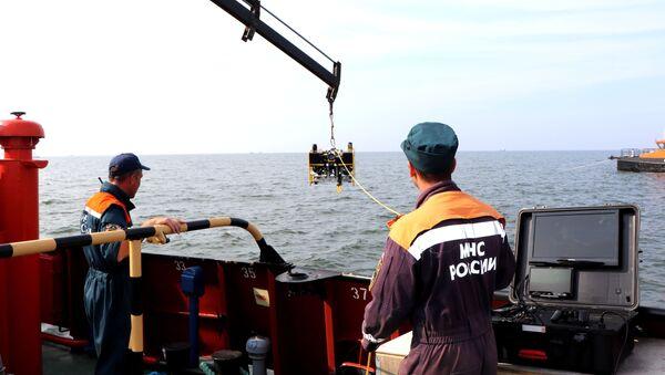 Саперы МЧС разминируют немецкую баржу в Балтийском море - Sputnik Латвия