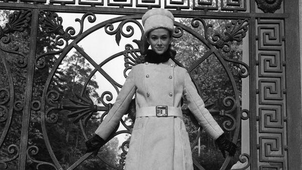 Манекенщица Московского дома моделей в наряде коллекции осень-зима 1968 года - Sputnik Латвия