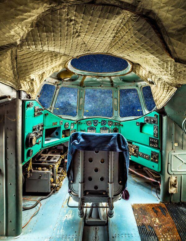 Ekspozīcijā ir 22 lielformāta darbi, kas ļauj iepazīt sīkākās detaļas vēsturisko lidmašīnu un helikopteru kabīnēs - Sputnik Latvija