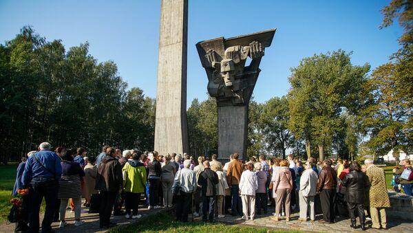 Сотни людей пришли в Саласпилсе к мемориалу на месте братских могил советских солдат концлагеря Шталаг 350 - Sputnik Латвия