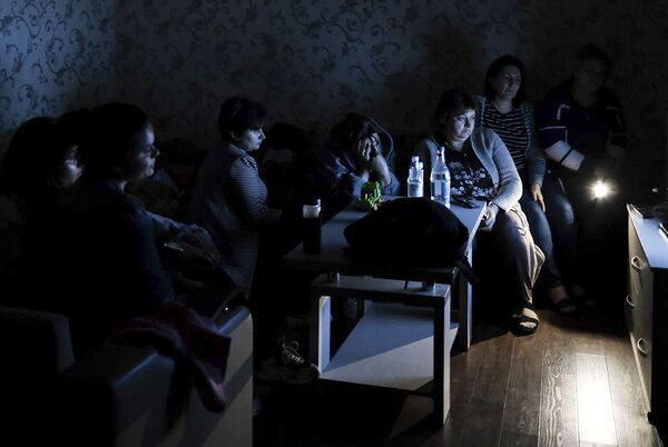 Люди в бомбоубежище в Нагорном Карабахе  - Sputnik Латвия
