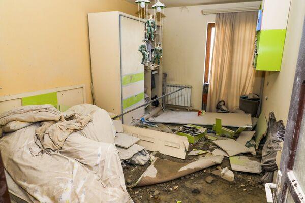 Разрушенная после обстрела квартира в Степанакерте, Нагорно-Карабахской республике - Sputnik Латвия