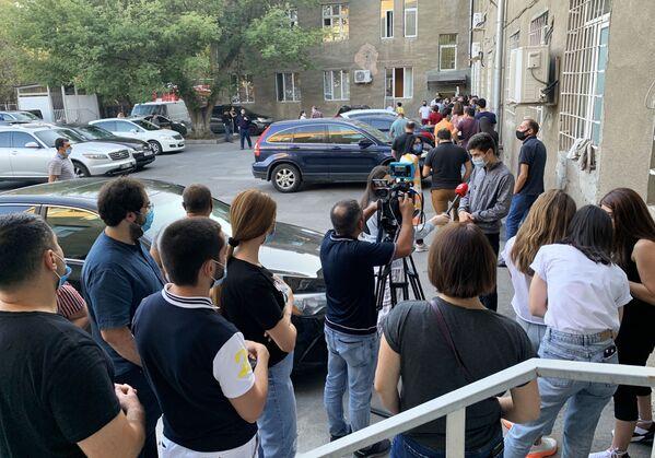 Люди выстроились в очередь у гематологического центра имени Р. Йоляна для сдачи крови - Sputnik Латвия