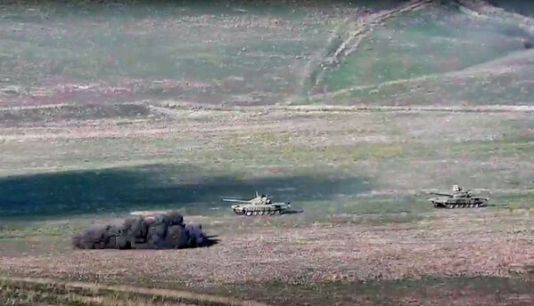 Армянская армия уничтожает азербайджанские танки на линии соприкосновения Нагорно-Карабахской Республики - Sputnik Латвия