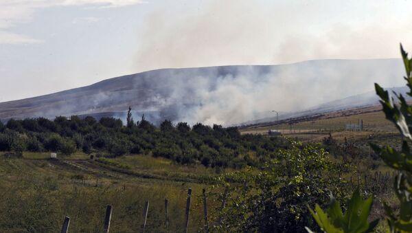 Пожар, возникший в результате обстрела в Нагорном Карабахе - Sputnik Латвия