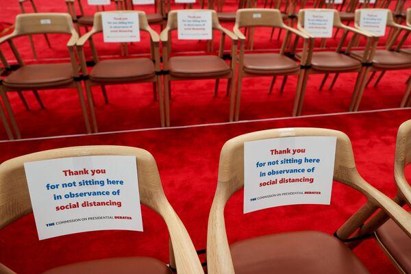 Пустые стулья с призывом соблюдать социальную дистанцию в помещении, где проходили первые дебаты Дональда Трампа и Джо Байдена - Sputnik Латвия