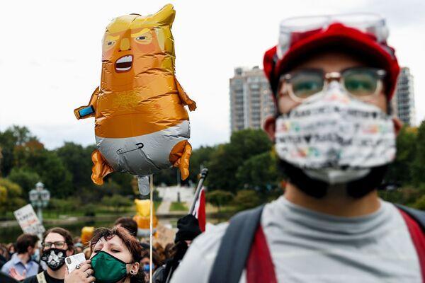 Участники протестов во время первых дебатов президента США Дональда Трампа и кандидата в президенты США Джо Байдена - Sputnik Латвия