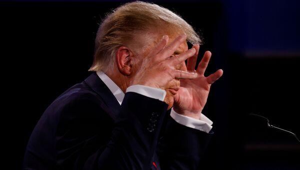 Президент США Дональд Трамп во время первых дебатов с кандидатом в президенты США Джо Байденом - Sputnik Латвия