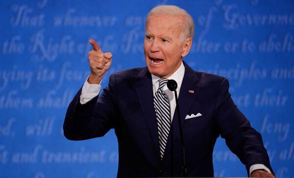 Кандидат в президенты США Джо Байден во время первых дебатов в Кливленде, США - Sputnik Латвия