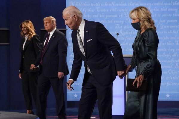 Действующий президент США Дональд Трамп и кандидат в президенты США Джо Байден во время первых дебатов в Кливленде, США - Sputnik Латвия