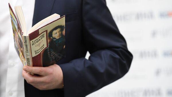 Книга А.С. Пушкина Евгений Онегин  - Sputnik Латвия