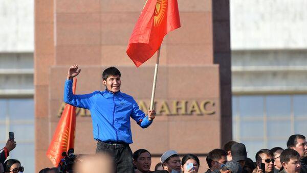 Участники акции протеста в Бишкеке - Sputnik Латвия