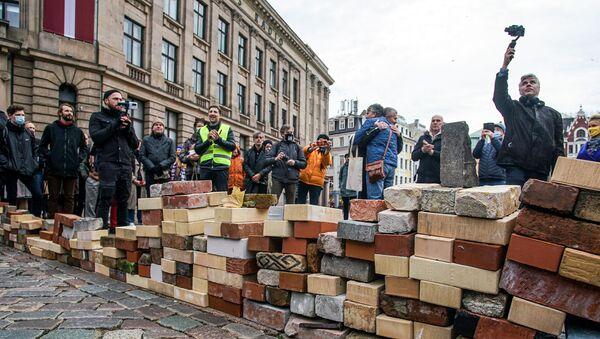 Акция протеста работников культуры против изменений в уплате налогов с авторских гонораров - Sputnik Латвия