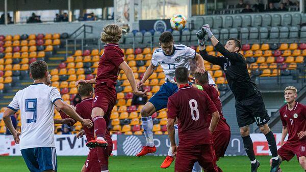 Голкипер сборной Латвии Нилс Пуриньш в этот раз выиграл верховую дуэль у нападающего россиян Вячеслава Грулева - Sputnik Латвия
