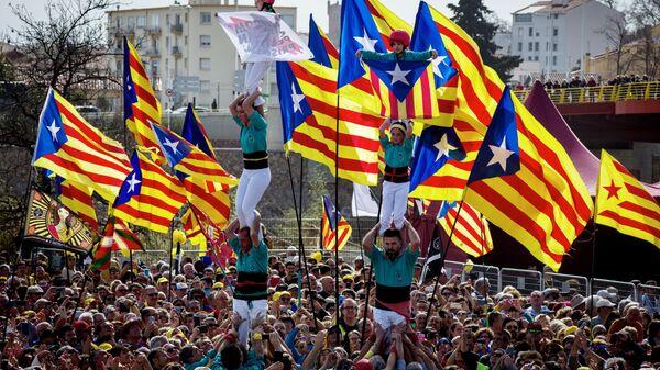 Сторонники независимости Каталонии на митинге - Sputnik Латвия