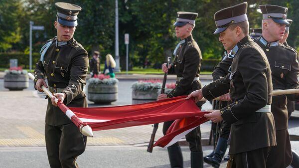 Солдаты почетного караула разворачивают флаг Латвии - Sputnik Латвия
