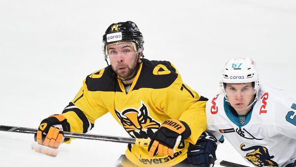 Робертс Букартс (слева) на матче КХЛ Северсталь - Сочи - Sputnik Латвия