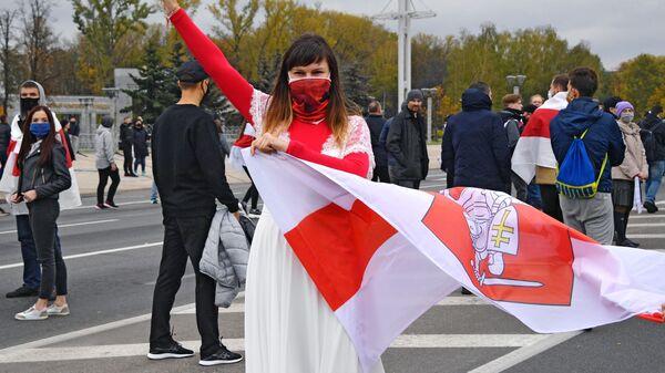 Участница акции протеста оппозиции Народный ультиматум в Минске - Sputnik Latvija