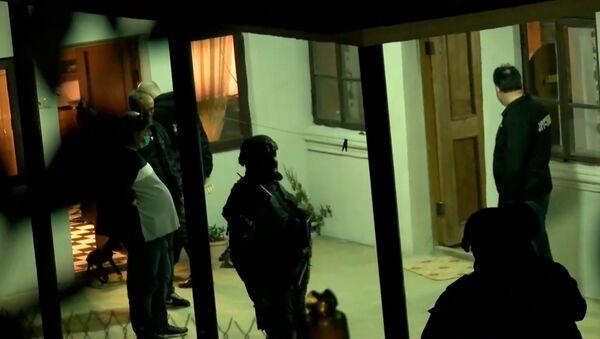 Обыск в доме грабителя отделения Банка Грузии показали на видео - Sputnik Латвия