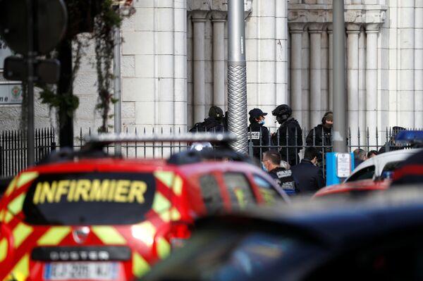 Полицейские возле собора Нотр-Дам после сообщения о нападении, Ницца - Sputnik Латвия