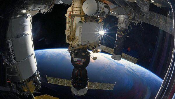 Корабль Союз МС, пристыкованный к МКС - Sputnik Latvija