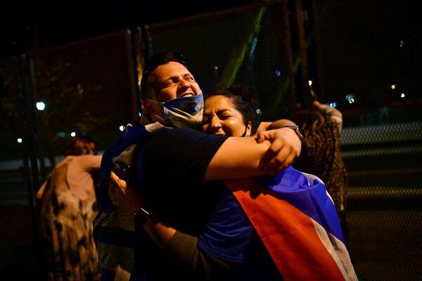 Люди в Уилмингтоне празднуют победу Джо Байдена на президентских выборах в США - Sputnik Латвия