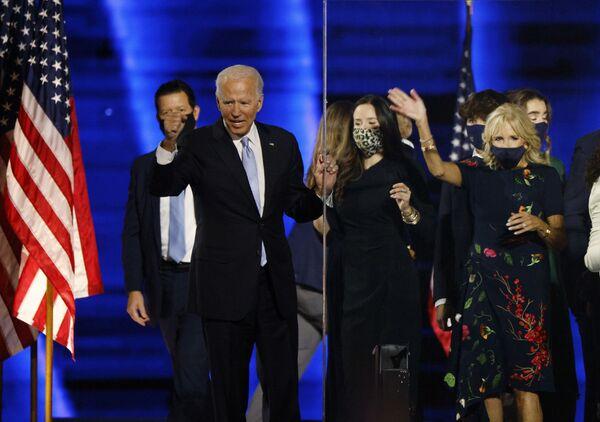 Кандидат в президенты от демократов Джо Байден - Sputnik Латвия