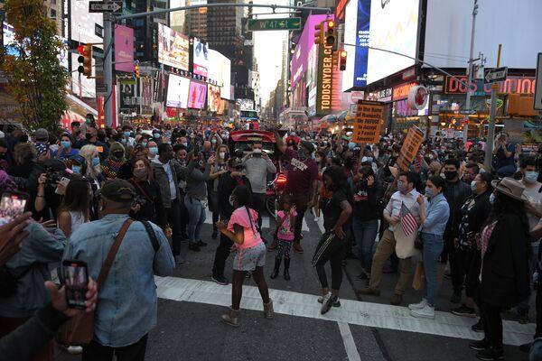 Люди на Таймс-сквер в Нью-Йорке после новостей о победе на выборах президента США кандидата от Демократической партии Джозефа Байдена - Sputnik Латвия
