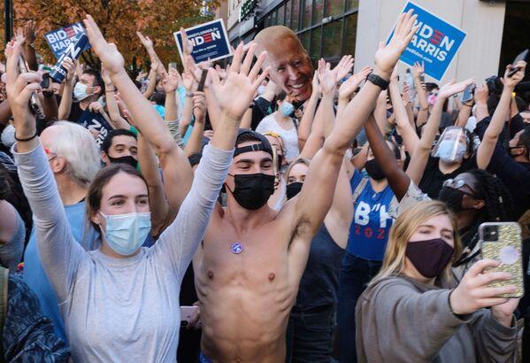 Люди на улице Филадельфии после объявления о победе на выборах президента США кандидата от Демократической партии Джозефа Байдена - Sputnik Латвия