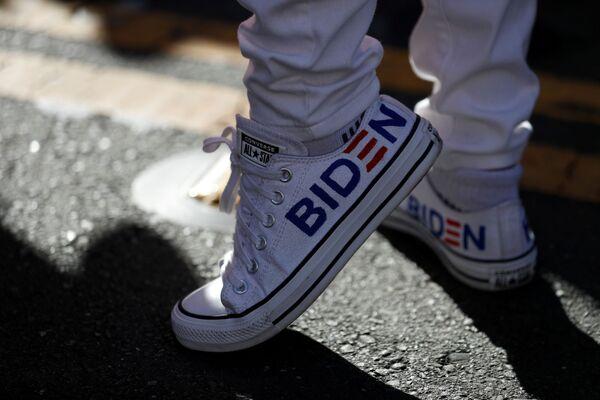 Сторонник Джо Байдена в Сан-Франциско на президентских выборах в США - Sputnik Латвия