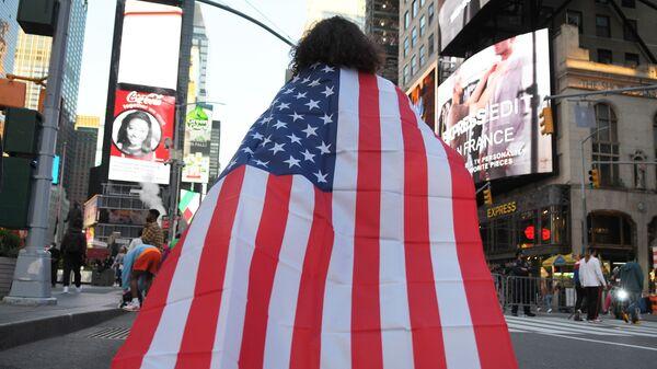 Люди на одной из улиц в Нью-Йорке после новостей о победе на выборах президента США кандидата от Демократической партии Джозефа Байдена - Sputnik Latvija