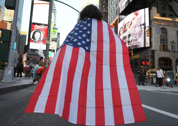 Люди на одной из улиц в Нью-Йорке после новостей о победе на выборах президента США кандидата от Демократической партии Джозефа Байдена - Sputnik Латвия