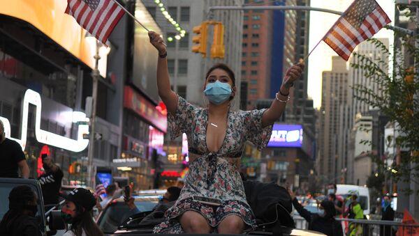 Девушка на одной из улиц в Нью-Йорке после новостей о победе на выборах президента США кандидата от Демократической партии Джозефа Байдена - Sputnik Latvija