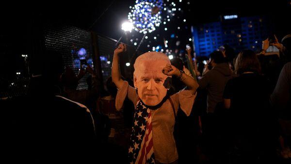 Сторонники Джо Байдена празднуют победу на выборах, Уилмингтон, штат Делавэр - Sputnik Латвия