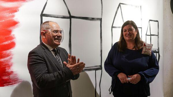 Бывший премьер Марис Гайлис, стоявший у истоков создания мемориала Липке, и художница Диана Димза-Димме на открытии выставки - Sputnik Латвия