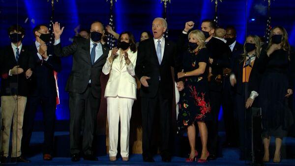 Байден объявил о победе, но Трамп не сдается: чем грозит конфликт при передаче власти - Sputnik Латвия