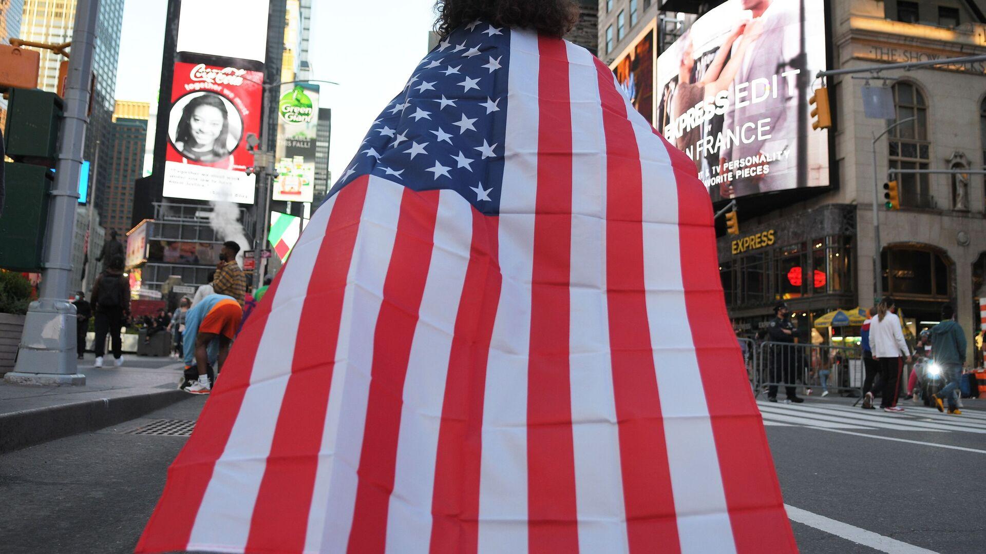 Люди на одной из улиц в Нью-Йорке после новостей о победе на выборах президента США кандидата от Демократической партии Джозефа Байдена - Sputnik Latvija, 1920, 06.03.2021