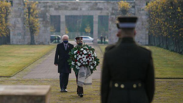 Президент Латвии Эгилс Левитс на Братском кладбище в Риге почтил память павших воинов - Sputnik Латвия