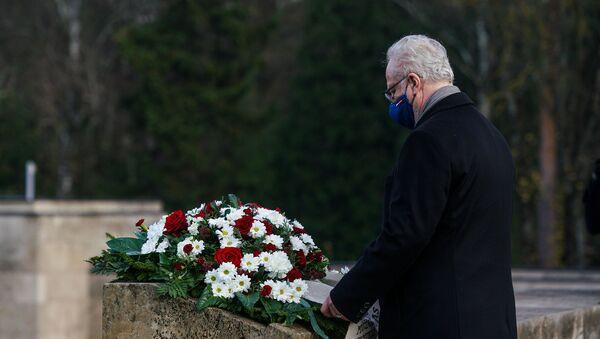 Президент Латвии Эгилс Левитс на Братском кладбище в Риге в День Лачплесиса - Sputnik Латвия