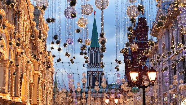 Вид на Никольскую башню Московского Кремля сквозь гирлянды на Никольской улице - Sputnik Latvija