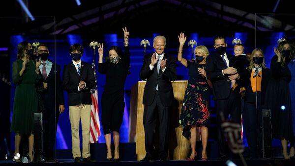 Избранный президент Джо Байден с женой и всей семьей после обращения к нации 7 ноября 2020 года в Уилмингтоне, Делавэр - Sputnik Latvija