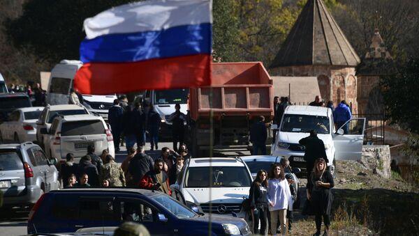 Флаг на военной технике российских миротворцев в Нагорном Карабахе - Sputnik Latvija