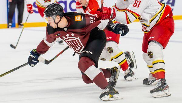 Бывшего одноклубника Глеба Зырянова хоккеисты Куньлуня удержать не могли и вдвоем - Sputnik Латвия